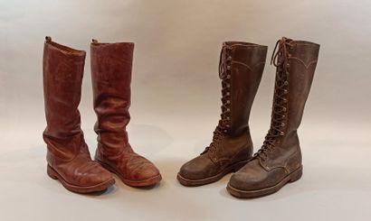 Deux paires de bottes. Une en cuir brun entièrement lacée, semelles cloutée, pointure...