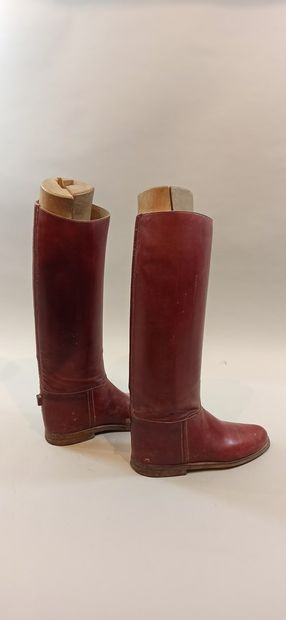 Paire de bottes pour officier de Spahis ? en cuir rouge, semelles en cuir. Hauteur...