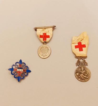 Two medals and a badge:  Union des femmes...