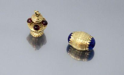 Lot de deux pendentifs breloques en or jaune...
