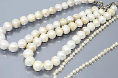 Trois colliers de perles comprenant :  Un...