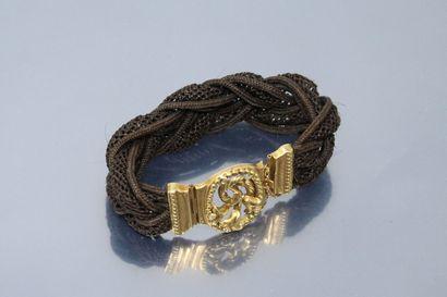 Bracelet en cordelette marron, le fermoir...
