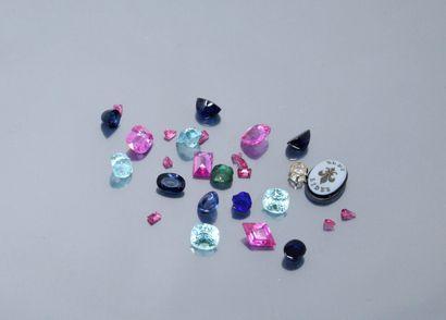 Lot de pierres précieuses, fines et fantaisies sur papier.  Poids : env. 60.75 ...