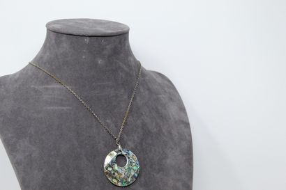 Collier en métal orné d'un pendentif en nacre...