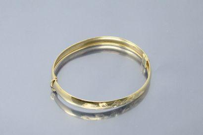 Bracelet jonc en or jaune 18k (750) gravé...