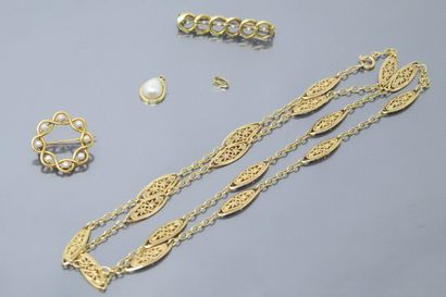 Lot de broches rehaussées de perles, chaines et débris en or 18k (750).  Poids brut...