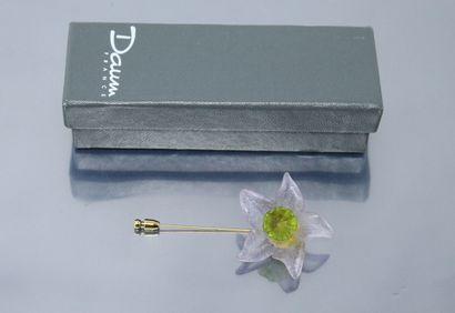 DAUM  Epingle en métal doré au décor d'une fleur en pate de cristal mauve, le pistil...