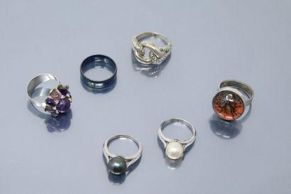 Lot de six bagues en métal ornés de perles...