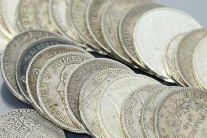 Lot de pièces en argent composé de :  - Une...