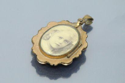 Pendentif porte photo en métal orné d'un camée au profil de dame.