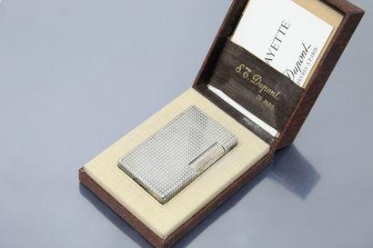 S.T. DUPONT  Briquet en métal argenté, modèle...