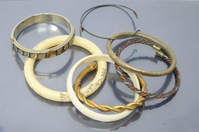 Lot de sept bracelets fantaisie.