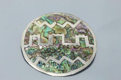 Broche/médaillon en argent ornée de nacres...