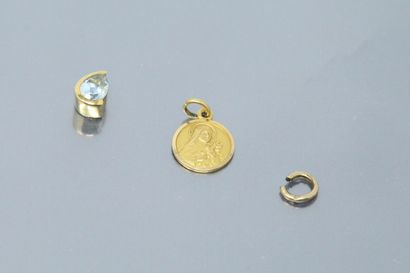 Lot de débris d'or jaune 18k (750).  Poids brut : 2.16 g.