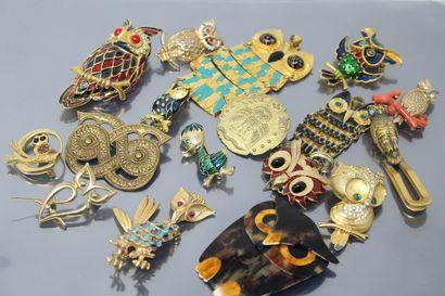 Lot de bijoux fantaisie comprenant des broches...