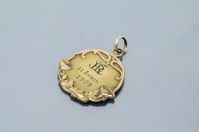 Médaille en métal doré gravée