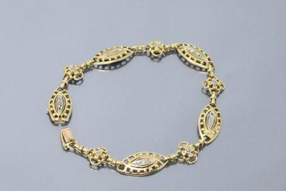 Bracelet en or jaune 18k (750) à maille navette alternée de fleurettes rehaussées...