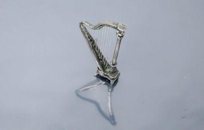 Harpe en argent (800/1000), travail étranger.  Ht. : 6.60 cm - Poids : 18.30 g.
