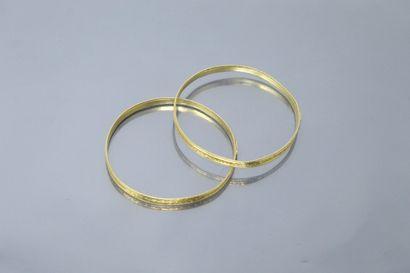 Lot de deux bracelets jonc en or jaune 18k...