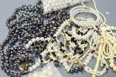 Lot de colliers en perles fantaisie.  On...