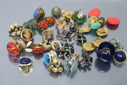 Lot de bijoux fantaisie, comprenant des clips...