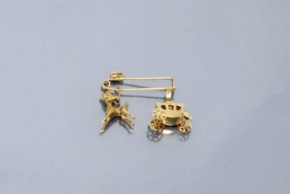 Epingle en or jaune 18k (750) et deux breloques...