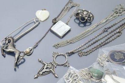 Lot comprenant des chaînes en métal, broches...