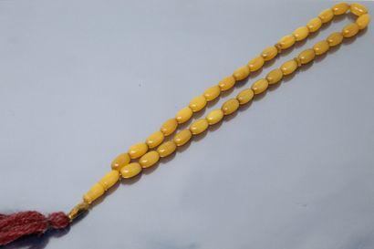 Collier en ambre.  Tour de cou : 41 cm -...