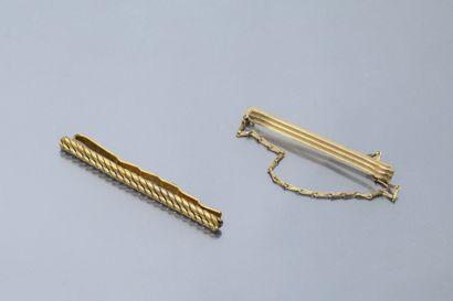 Deux pinces à cravate en plaqué or, l'une...