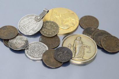 Lot composé de médaille diverse et de pièces...