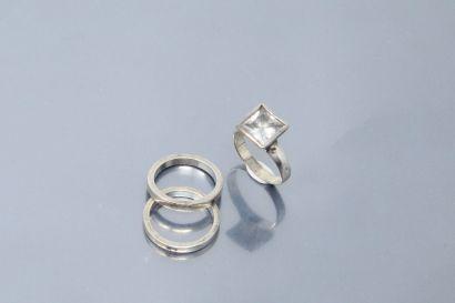 Deux anneaux et une bague ornée d'une pierre...