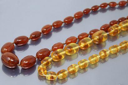 Lot de deux colliers en ambre et plastique....