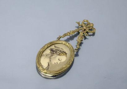 Petit cadre en métal doré de style Louis XVI.  Ht. : 11 cm.