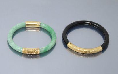 Lot de deux bracelets jonc, un en jadéite...