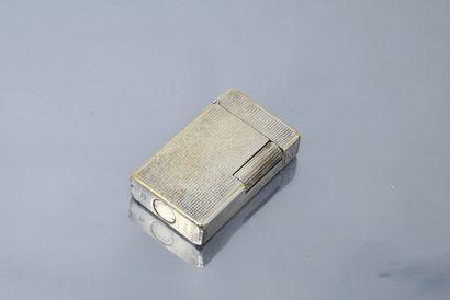 S.T. DUPONT  Briquet en métal argenté (usure),...
