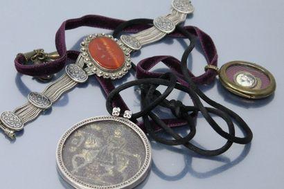 Lot de bijoux divers composé :  Un pendentif...