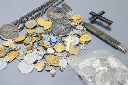 Petites médailles religieuses en métal (plus...