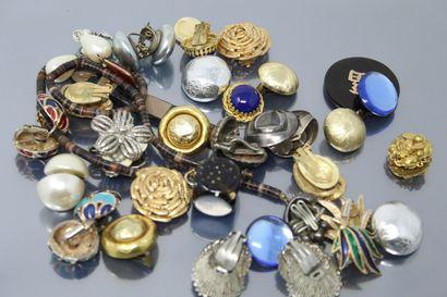 Lot de bijoux fantaisie comprenant des clips d'oreilles, pendentifs, boucles d'oreilles...