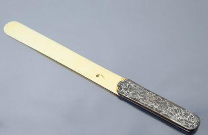 Coupe-papier, prise en métal argenté au décor...
