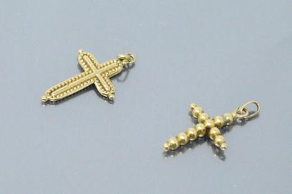 Deux petites croix en or jaune 18k (750)....