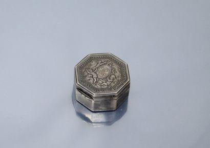 Pilulier octogonal en argent orné d'un cartouche...