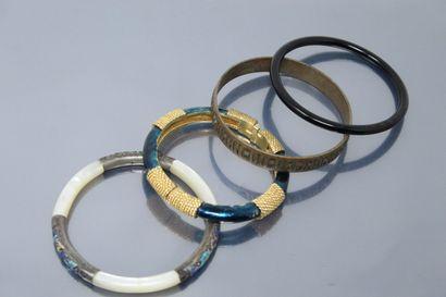 Lot de quatre bracelets joncs.