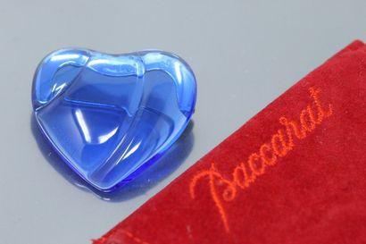 BACCARAT  Broche coeur en cristal bleu.  Dans...