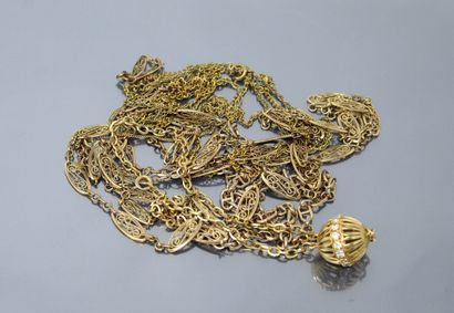 Lot de six chaînes en métal doré.  On y joint...