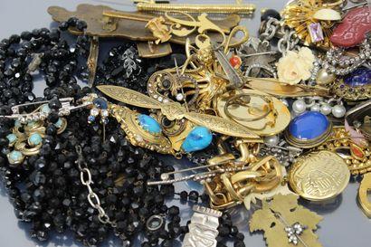 Lot de bijoux fantaisie comprenant des clips...