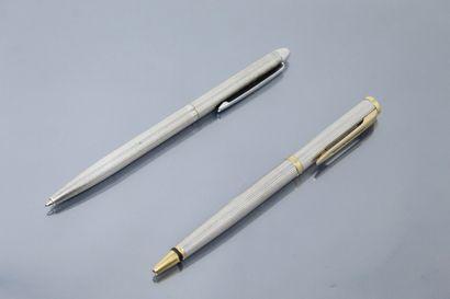 Lot de deux stylos, l'un en argent signé...
