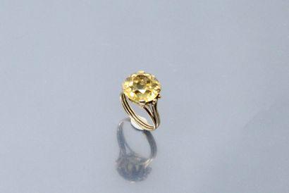 Bague en or jaune 18k (750) ornée d'une citrine....