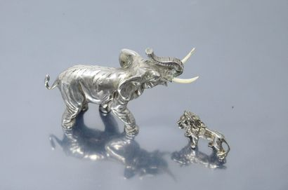 ELEPHANT  Animaux d'Afrique en argent, travail étranger :  - lion (800/1000). Ht....