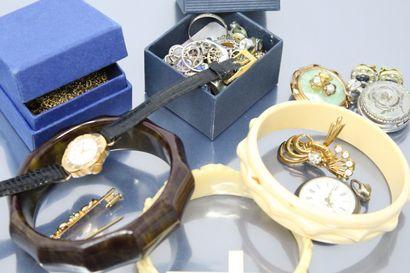 Lot de bijoux fantaisies comprenant bagues,...