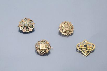 Quatre broches anciennes en plaqué or ajouré....